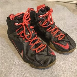 Nike 684593-016 LeBron James Size 10 poor cond.